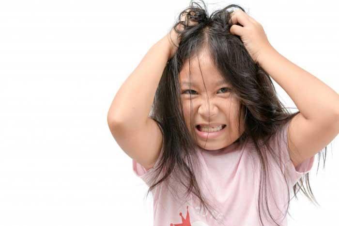 دلایل ریزش مو در کودکان - کشیدن مو ها