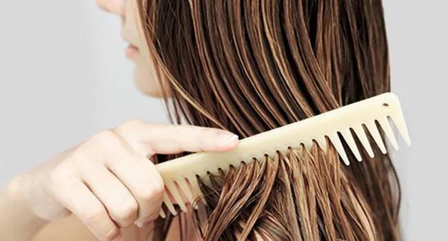 شانه کردن موهای خیس با شانه دندانه درشت برای صاف کردن موها